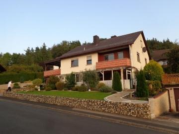 Freistehendes Einfamilienhaus mit Einliegerwohnung und zwei Garagen!, 97488 Stadtlauringen, Einfamilienhaus